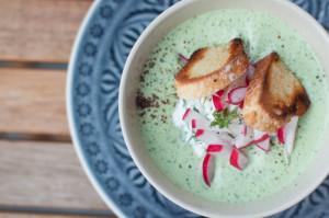 Gekühlte Rahm-Gurken-Suppe mit Bachkresse und Hüttenkäse Deutschland vegetarisch