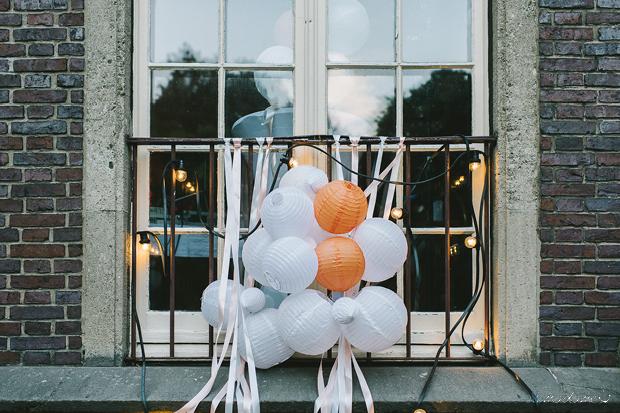 Hochzeitsdekoration mit Lampions und Seidenbändern