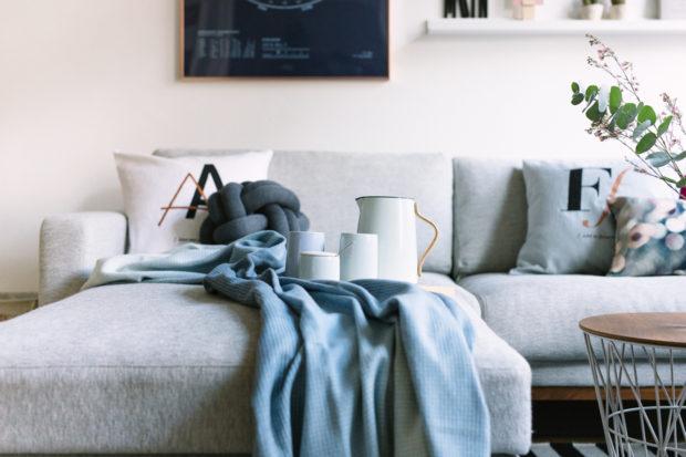 Wohnzimmer Blau Kupfer Altbau einrichten