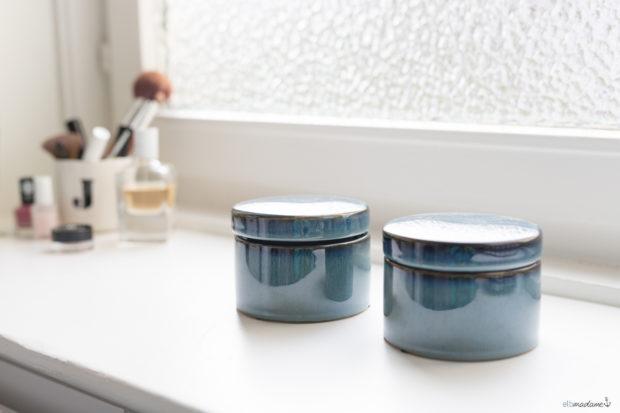 Blaue Dosen im Badezimmer von schön & ehrlich