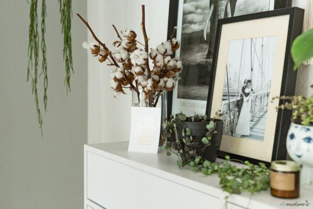 Esszimmer im Altbau mit Holzmöbeln, weiß skandinavisch