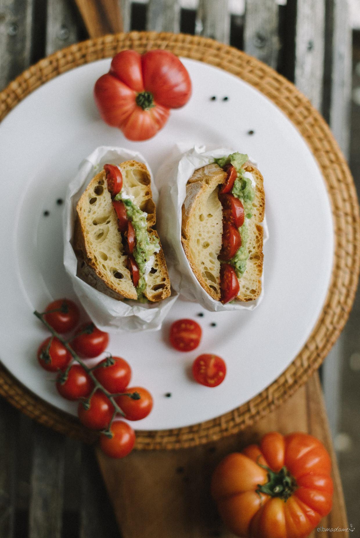 Brot mit Ziegenkäse, Acovado und Tomate