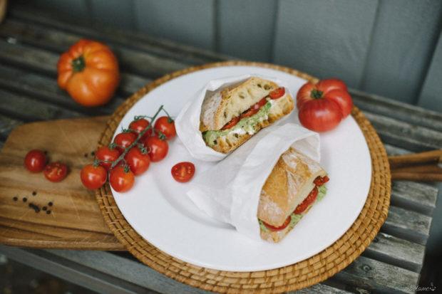 Baguette Brot mit Ziegenkäse, Acovado und Tomate